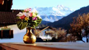 Ideia Decorar decoracao-com-flores-artificiais-jarra-escura decoracao com flores artificiais jarra escura