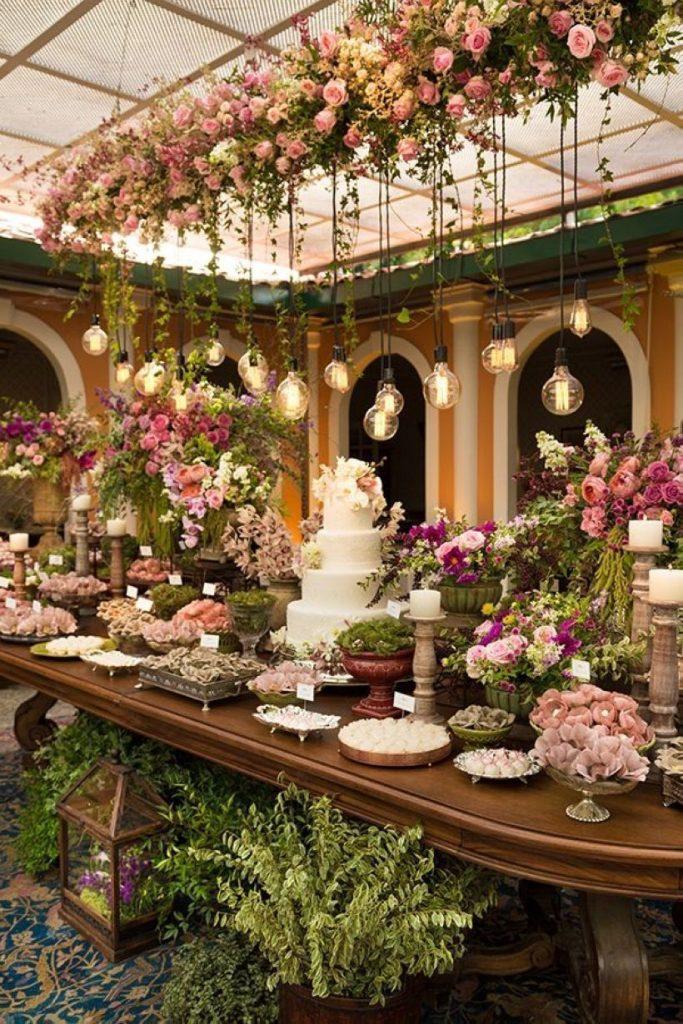 Mesa do bolo na decoração para casamentos