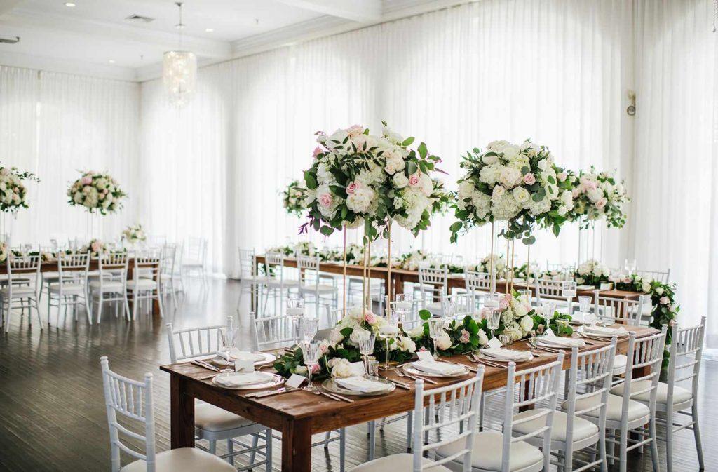 Decoração branca e rústica para casamento
