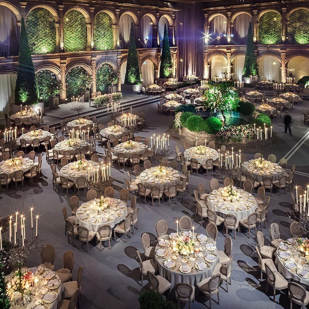 A disposição das mesas na decoração de um casamento